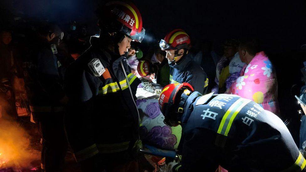 Хүчтэй мөндөрт цохиулсан тамирчныг аврах багийхан аварч байгаа нь. Гэрэл зургийг: Getty Images